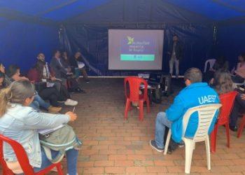 Integrante del equipo del OAB presentando el Observatorio a la comunidad